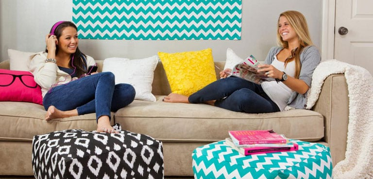 the advantages of having roommate Whether rooming with a friend, acquaintance, or someone new, living with a roommate has a lot of different pros here are several benefits of having a roommate.